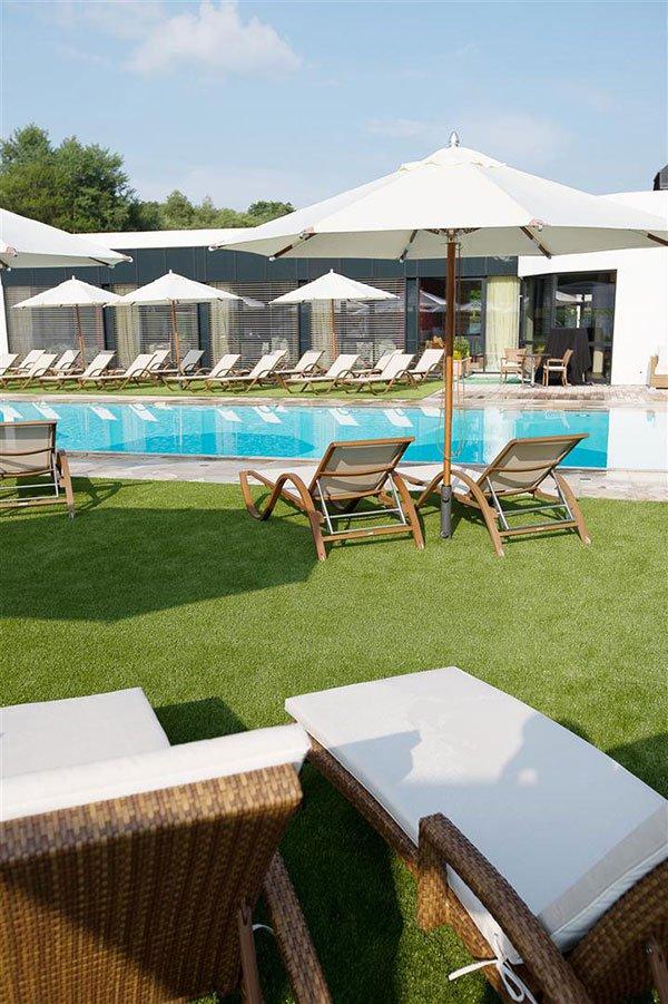 Hotel-kiest-voor-kunstgras-rondom-zwembaden