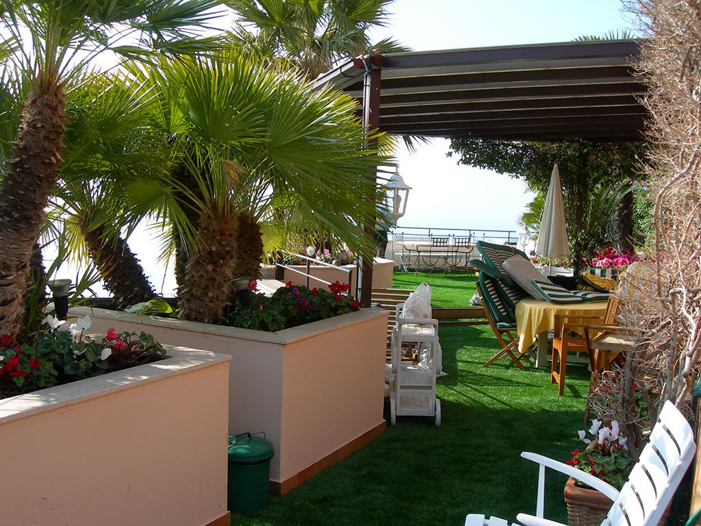Artificial grass for balconies by royal grass for Balcony artificial grass